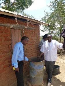 Autojuht ja kirikuisa eksponeerivad veevarustust